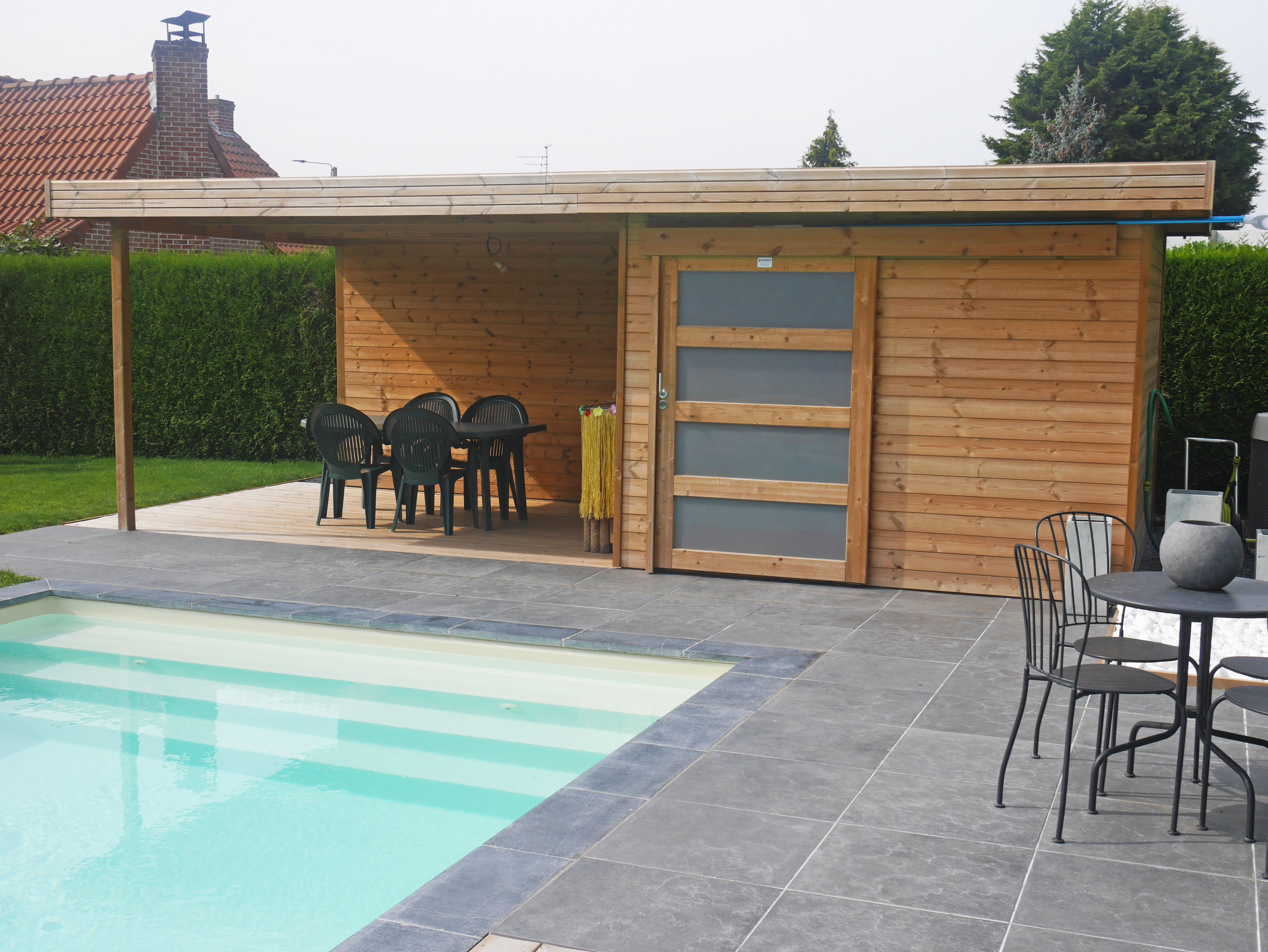 Modern Tuinhuis met oversteek in Grenenhout