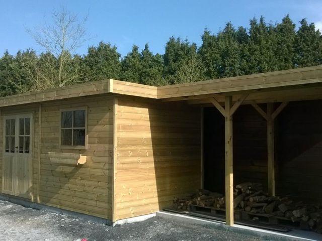 Tuinhuis met plat dak, houtstapelplaat en dubbelle glazen deur.