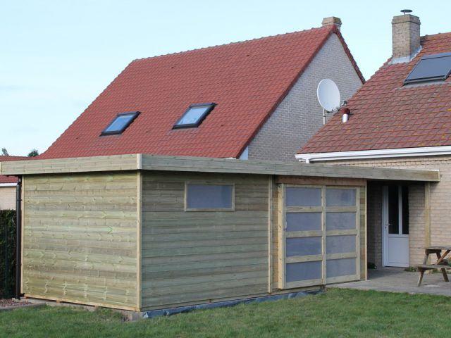 Modern tuinhuis met oversteek en schuifdeur.