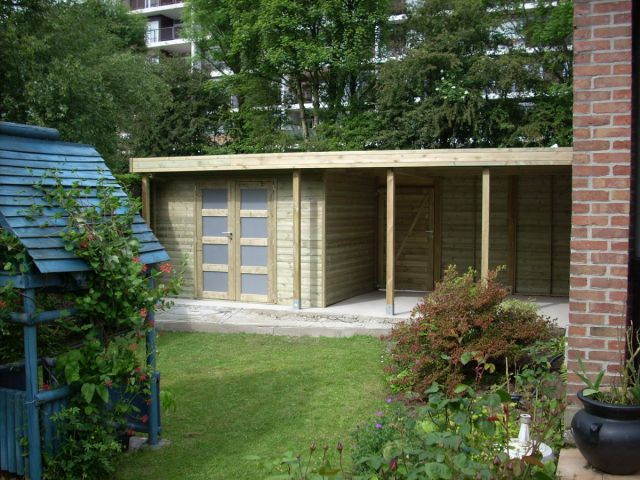 Tuinhuis met plat dak en oversteek.