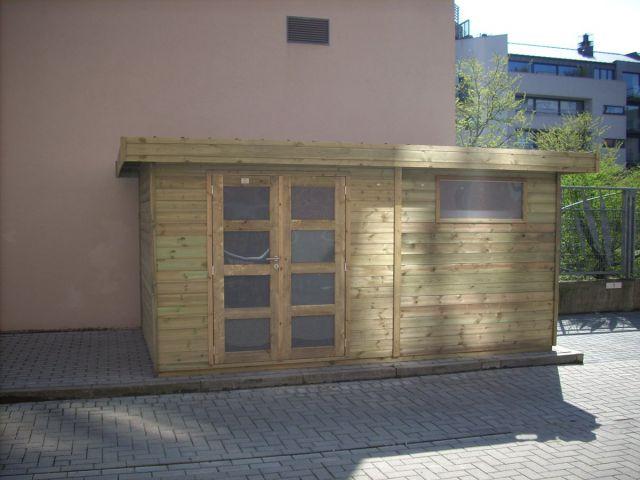 Modern tuinhuis met dubbele deur en venster.