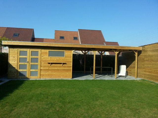 Modern tuinhuis met plat dak en groot overdekt terras.