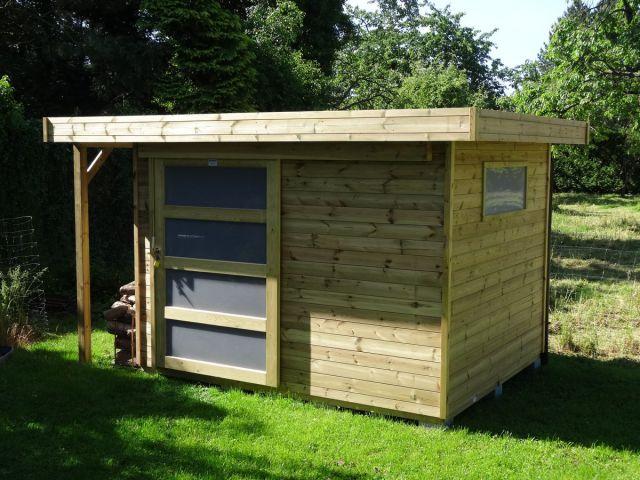 Modern tuinhuis met houtstapelplaat en schuifdeur.