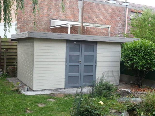 Modern tuinhuis met dubbele deur.