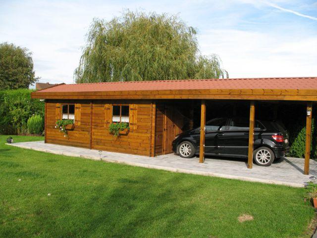 Carport indépendant double pente en bois lasuré, avec abri de jardin