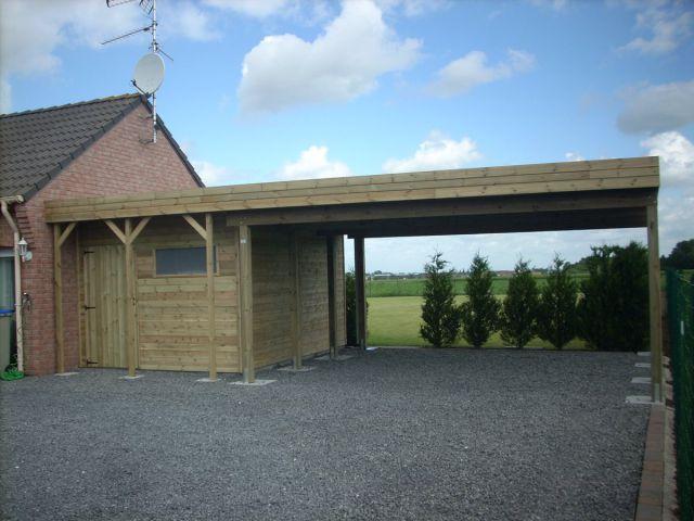 Double carport adossé en bois, à toit plat avec abri