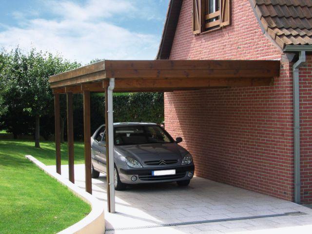 Carport adossé en bois lasuré, à toit plat