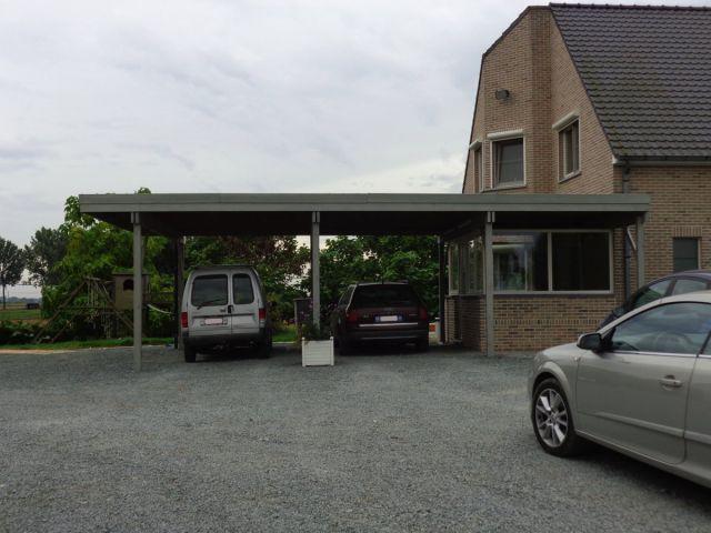 Double carport adossé en bois peint, à toit plat