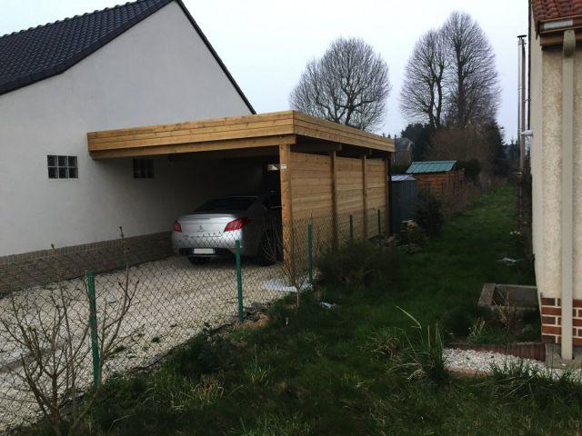 Carport adossé en bois, à toit plat