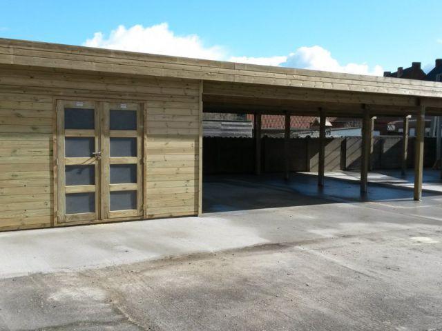 Moderne losstaande carport met tuinhuis