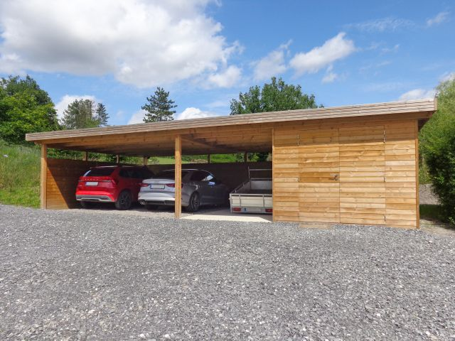 Moderne houten losstaande carport met grote berging