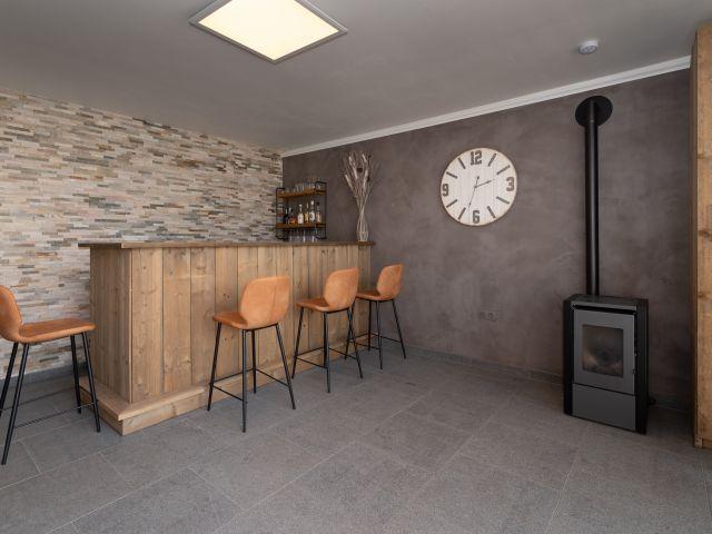 Ingerichte bar in houten tuinkamer