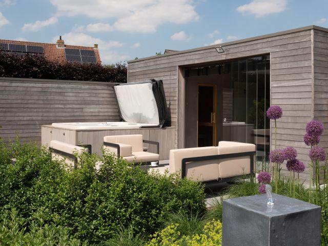 Modern tuinhuis in iroko met jacuzzi