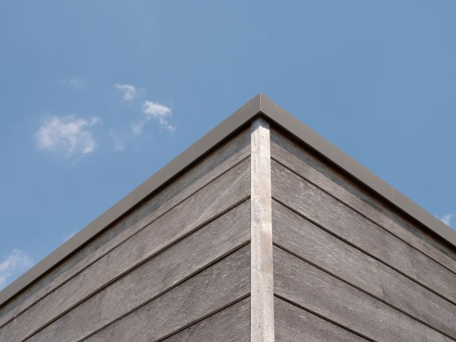 Dakrand iroko tuinhuis met aluminium hoekprofiel