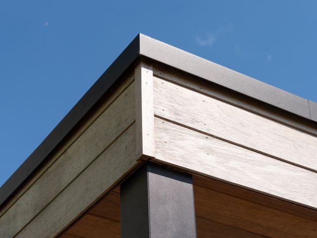 Detail dakomlijsting iroko tuinhuis met aluminium dakprofiel