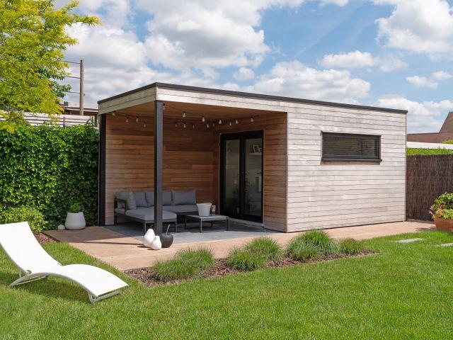 Modern houten tuinhuis met overdekt terras en tuinkamer
