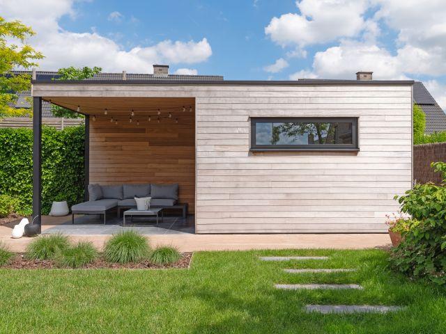 Cube tuinhuis in irokohout met luifel en tuinkamer