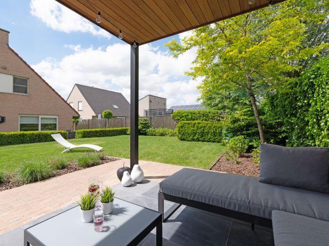 Gezellige overdekte terras onder luifel van modern tuinhuis