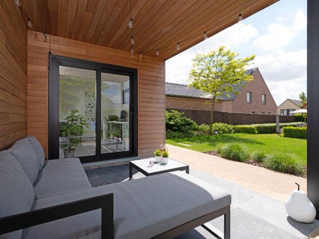 Modern tuinhuis met luifel en aparte tuinkamer