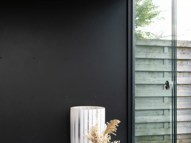 Paroi en Trespa et Fenêtres Coulissantes d'un abri de jardin moderne