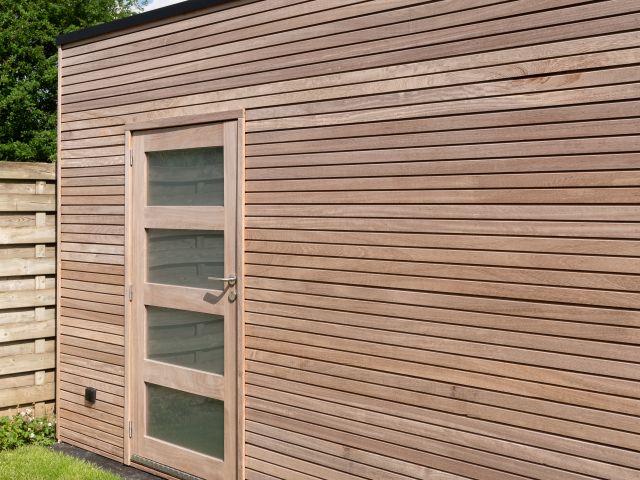 Abri de stockage en bois iroko avec une porte battante avec verre mat