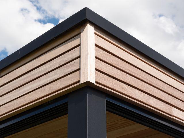 Bandeau de toiture en iroko d'un abri de jardin moderne