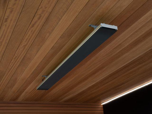 Heatstrip au plafond d'un auvent d'un abri de jardin moderne