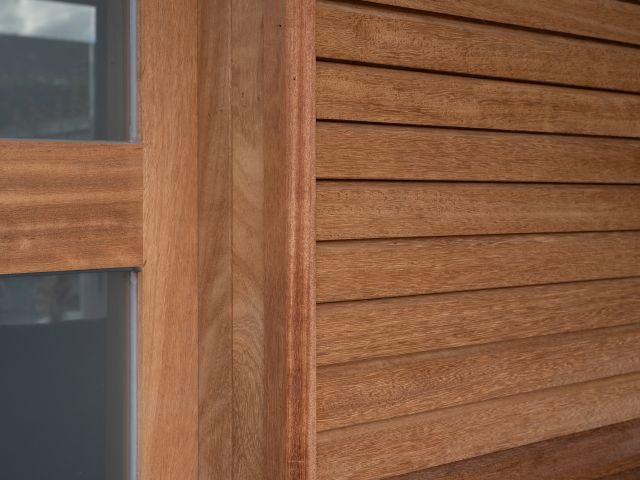 Détail Porte Coulissante Abri de Stockage en bois tropical Iroko
