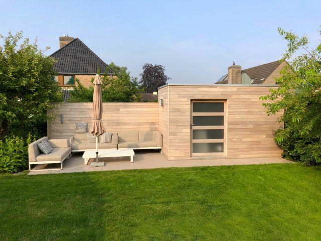 Cube tuinhuis in irokohout met schuifdeur in mat glas
