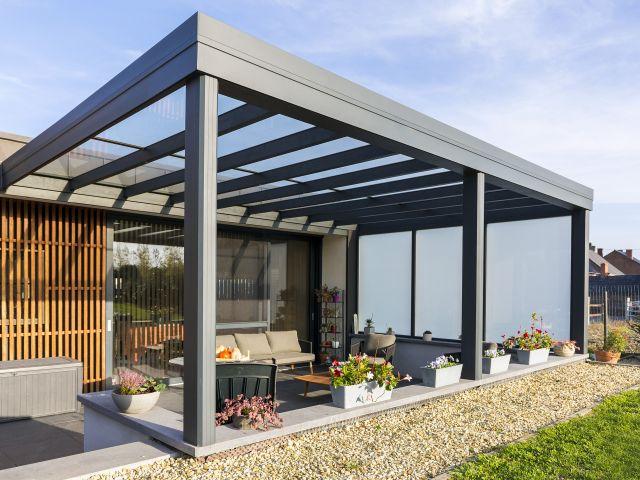 Moderne terrasoverkapping in aluminum met glazen zijwand