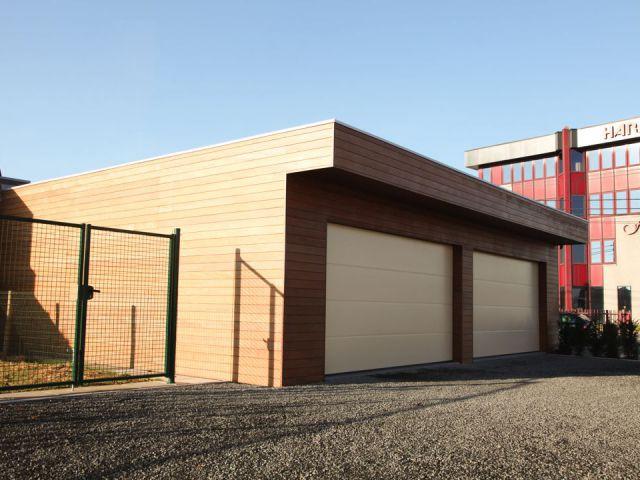 Dubbele houten garage met overkapping
