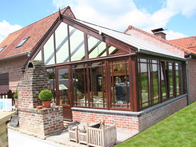 Klassieke houten veranda met kleinhouten ramen