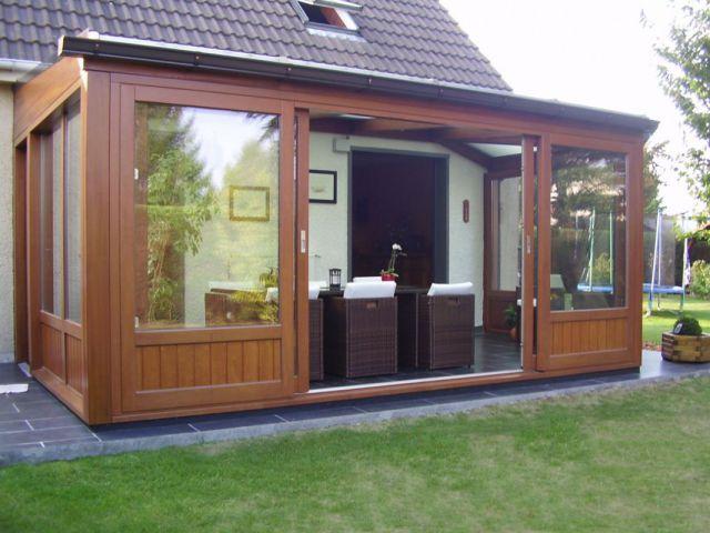 Véranda en bois avec portes coulissantes