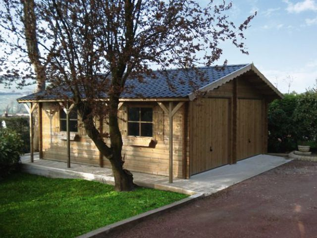 Double garage classique en bois avec bûcher
