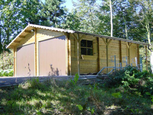 Double garage classique en bois avec portes basculantes