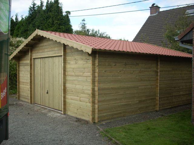 Garage classique en bois avec espace de stockage