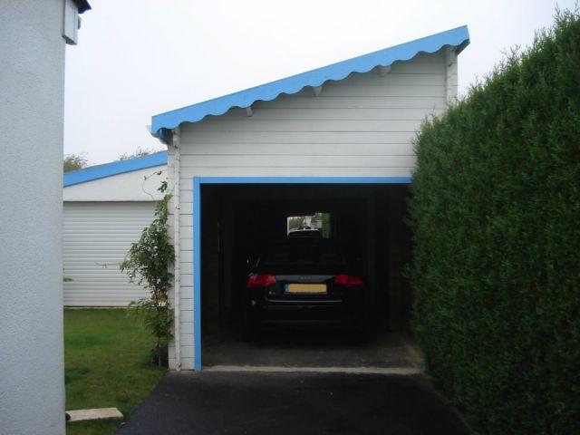 Double garage en bois peint