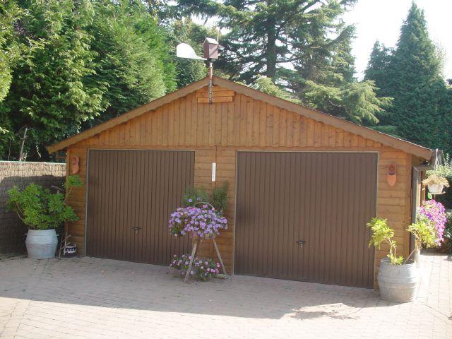 Garage classique en bois lasuré