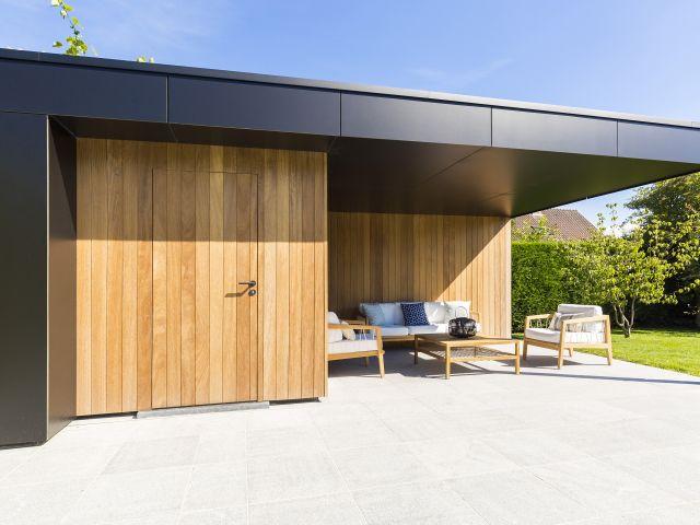 Poolhouse met zwarte volkern en verticale Iroko houtlatten