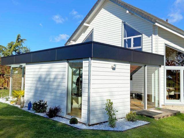 Moderne leefveranda in tropische hout, aluminium en Trespa