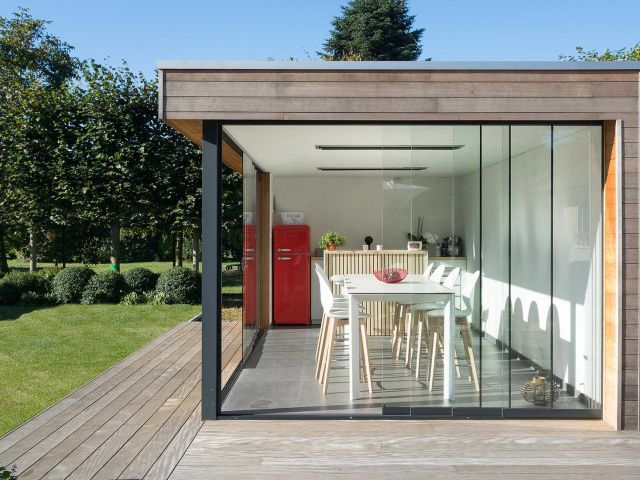 Modern houten poolhouse met schuifdeuren