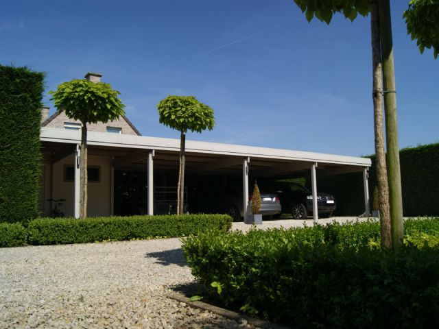 Moderne houten carport met plat dak