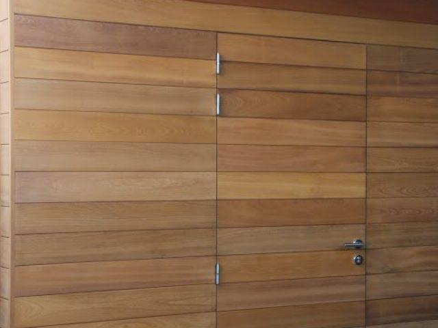 Alleenstaande carport met ingewerkte deur