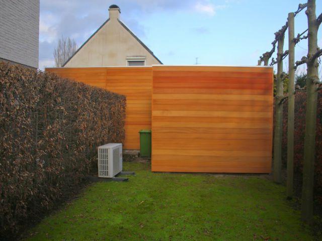 Alleenstaande houten carport met tuinhuis