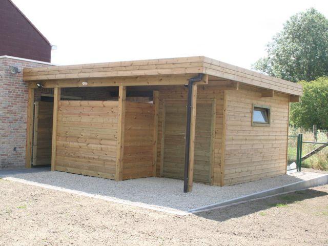 Carport toit plat en bois, adossé à la maison avec abri de jardin