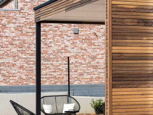 Pergola met padoek hout, aluminium hoekpaal en Trespa plafond