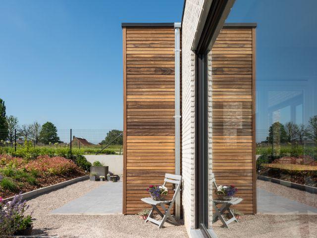 Padoek houten wand van moderne terrasoverkapping