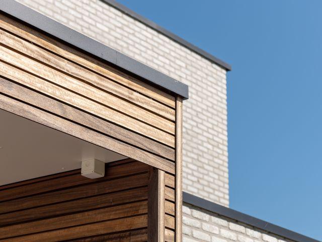 Houten Pergola detail aluminium hoekprofiel en houten padoek veranprofiel
