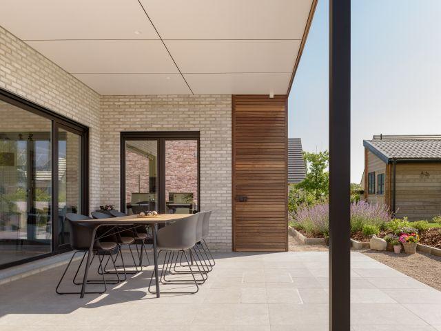 Overdekt terras met pergola afgewerkt in padoek en trespa