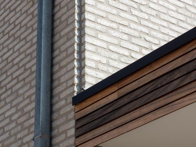 Detail hoekafwerking houten pergola